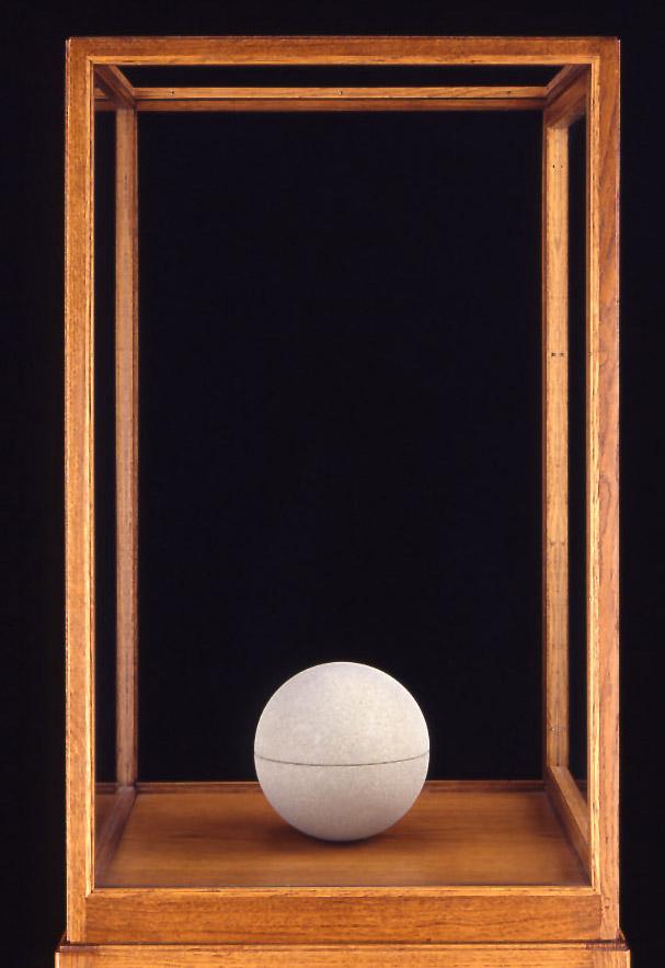 """""""The Sphere Book"""", 1980, Berner Sandstein, 2-teilig, Ø 17 cm, Courtesy Galerie Michael Werner Märkisch Wilmersdorf, Köln & New York"""